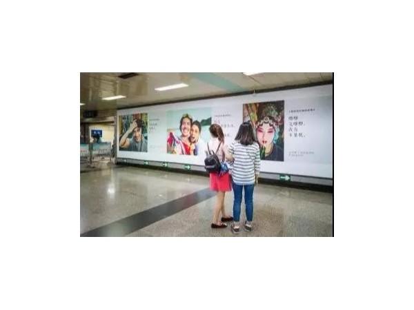 创意广告攻陷地铁!告诉你什么是户外广告的新玩法